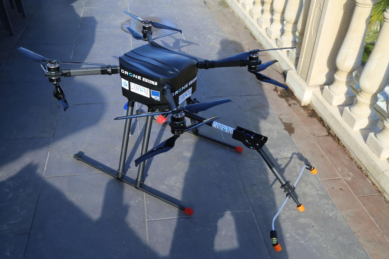 c drone prend de la hauteur et nettoie vos toitures ville de poissy. Black Bedroom Furniture Sets. Home Design Ideas