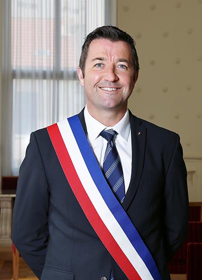 Karl OLIVE a été élu Maire de Poissy le 29 mars 2014.